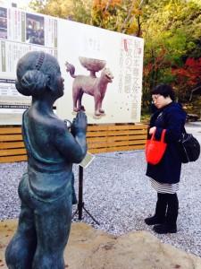 彫刻眺めるニシユキ